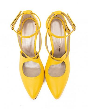 Pumps plataforma y pulseras amarillo